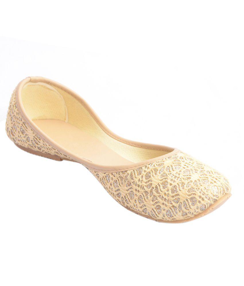 Globe Retail Designer Cream and Silver Punjabi Jutti